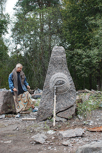 Agnes Mohlin vid sin skulptur Crying monument (what is fixed will always be broken). Foto: Anna Ihle.